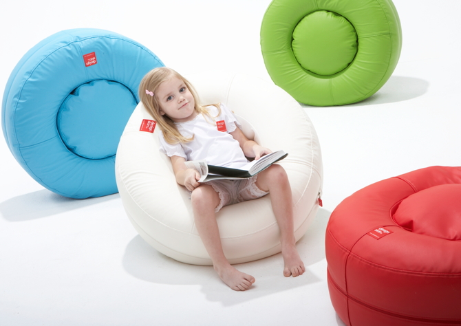 designskin Donut design bean bag white with girl sitting with book